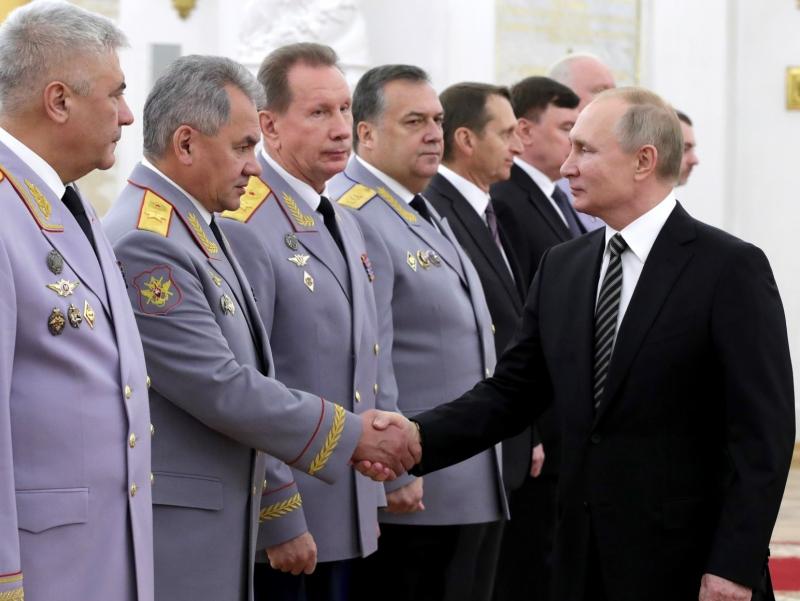 """Европа Иттифоқи Путин атрофидан кимларни """"қора рўйхат"""