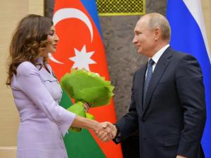 """Путин биринчи хонимни """"Дўстлик"""" ордени билан мукофотлади"""