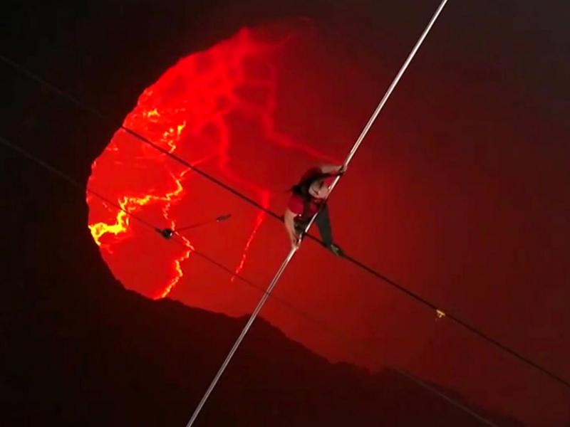 Дорбоз фаол вулқон кратеридан юриб ўтди (видео)