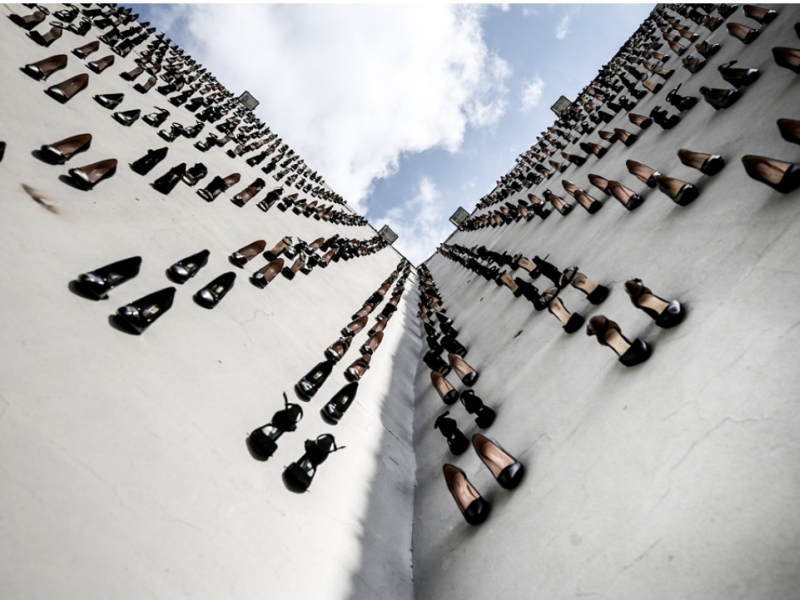 Деворни тўлдирган 440 пошнали туфли – бу қурбон бўлган 440 аёл қисмати