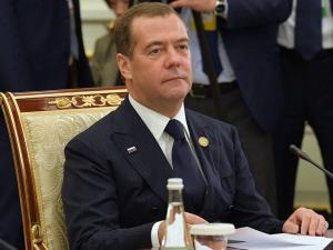 Медведев ШҲТ доирасида миллий валютага ўтишга чақирди