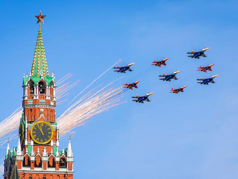 Москва осмонида ҳарбий парад бўлиб ўтди (видео)