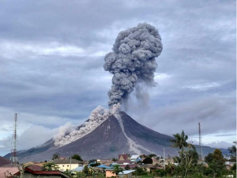 Индонезияда Синабунг вулқони уйғонди