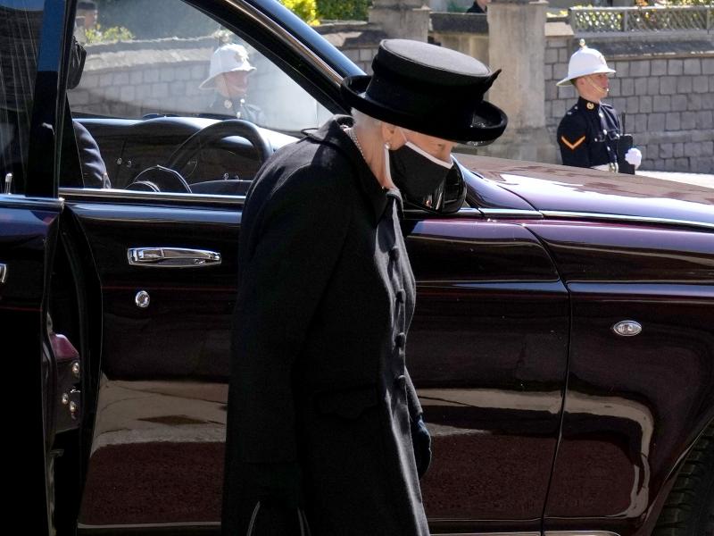 Азадор Қиролича Елизавета II мотам либосида туғилган кунини нишонлаяпти