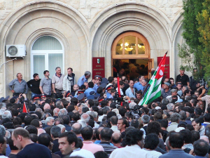 Абхазияда Президентга қарши намойиш бошланди