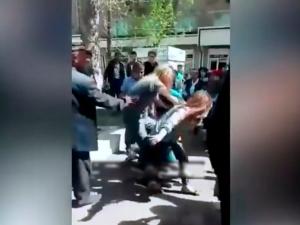 """Видео: аёл бошқа бировнинг оиласи бузилишида айбланиб, """"самосуд"""" қилинди"""
