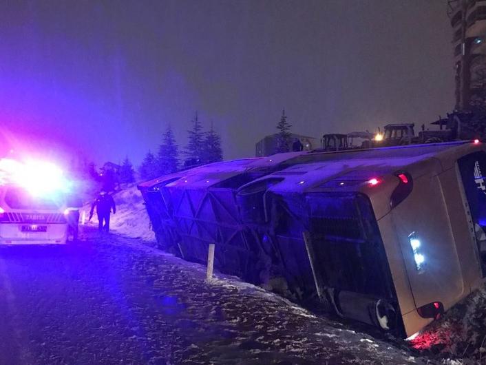 Turkiyada avtobus ishtirokida YTH sodir bo'ldi. Qurbonlar va jarohatlanganlar bor