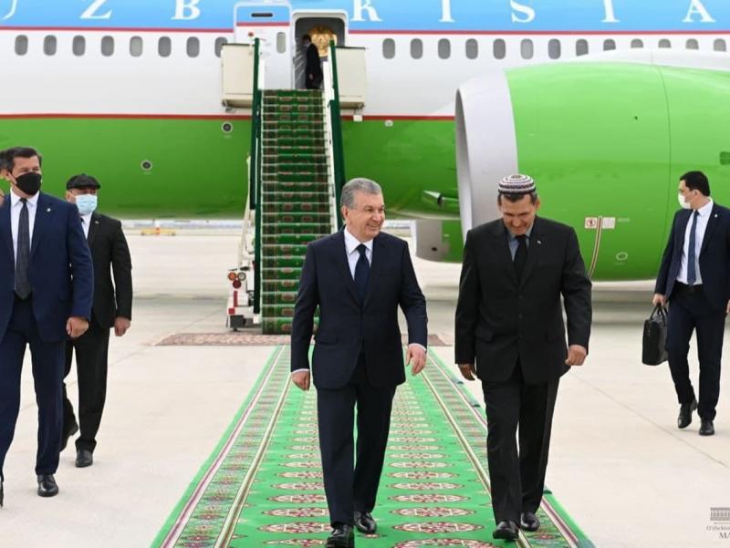 Шавкат Мирзиёев Туркманистонга етиб борди