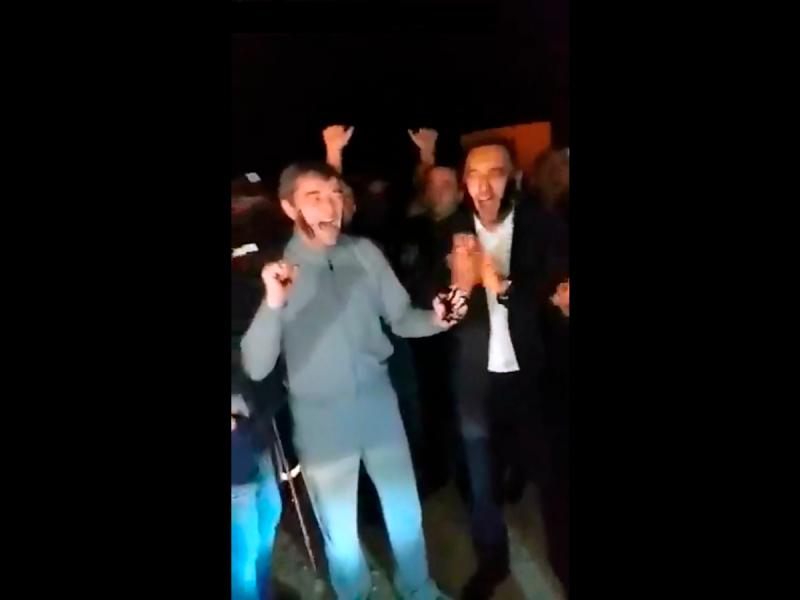 Video: Mingbuloqdagi kondan neft olindi. Alisher Sultonov va Xayrullo Bozorov voqeani neftchilardek nishonladi