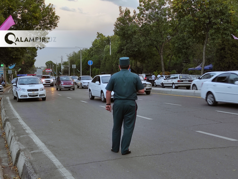 Бухорода ҳайдовчи ЙПХ ходимини автомобили капотида судраб кетди