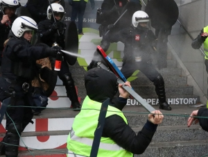 """Францияда """"сариқ нимчалилар"""" ва полиция ўртасида тўқнашувлар бошланди"""