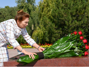 Татьяна Каримова Ислом Каримов ҳайкали пойига гул қўйди