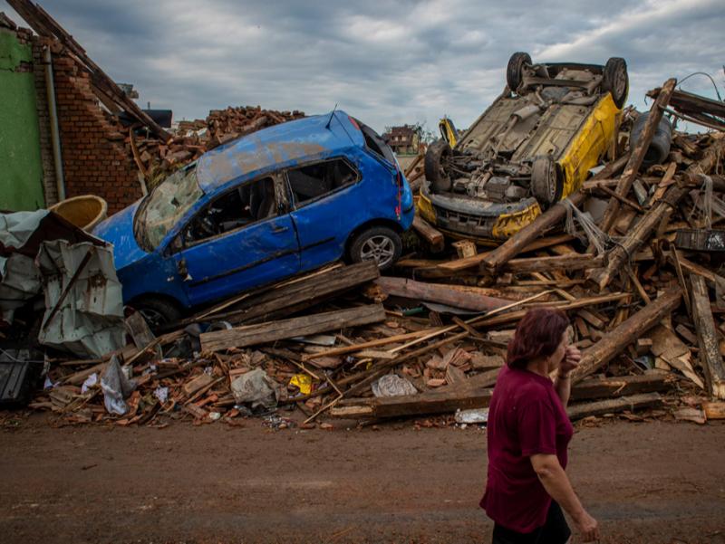 Фоторепортаж: Чехияда кучли торнадо содир бўлди