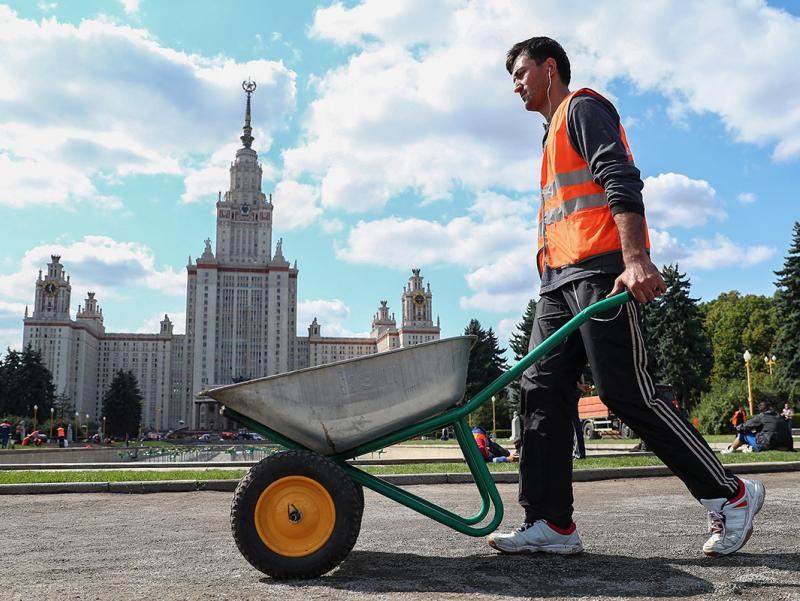 Kimlar Rossiyada qolishi mumkin? Putinning migrantlarga daxldor farmoniga izoh berildi