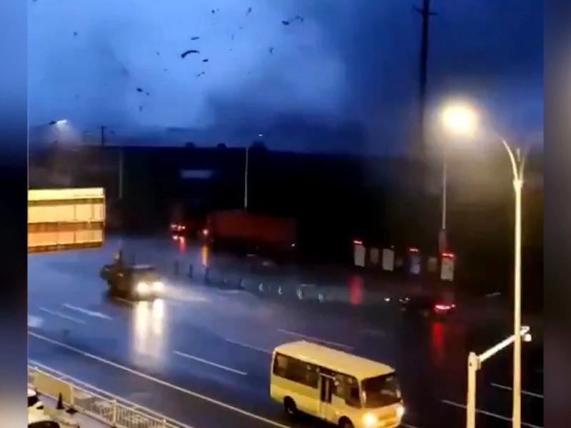 Хитойнинг Ухань шаҳрига торнадо ёпирилди (видео)