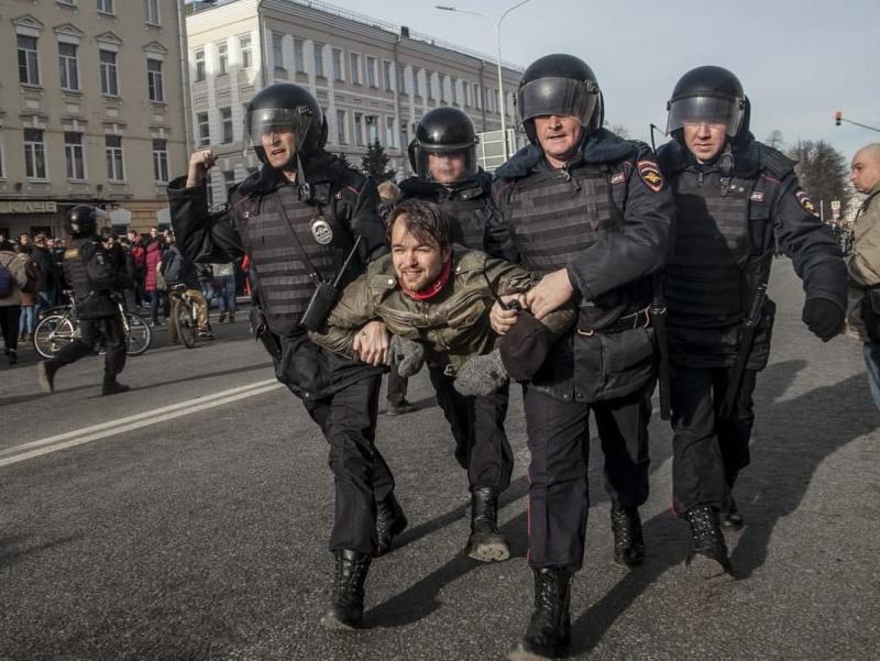 Россияни зир титратган намойишлар бўйича терговчилар ишга киришди