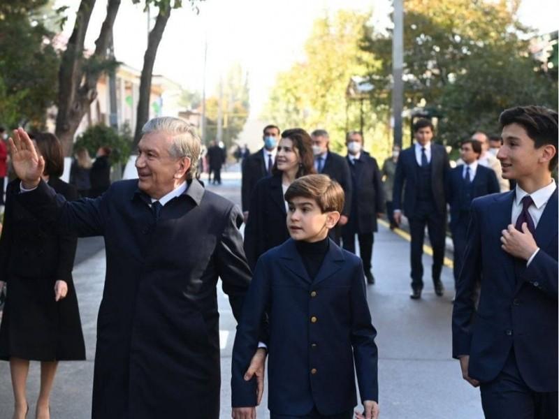 Mirziyoyev oilasi bilan saylov uchastkasiga keldi