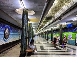 Тошкентда метро поезди бирдан тўхтаб, тутай бошлади