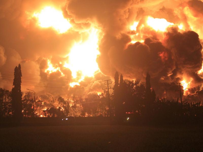 Индонезиядаги нефтни қайта ишлаш заводида ёнғин содир бўлди (видео)