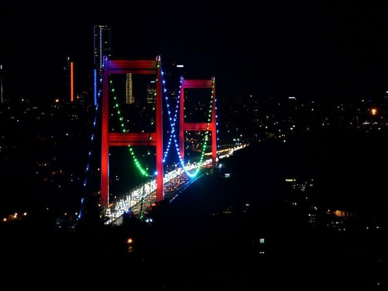 Istanbuldagi ikki yirik ko'prik O'zbekiston bayrog'i ranglarida yoritiladi