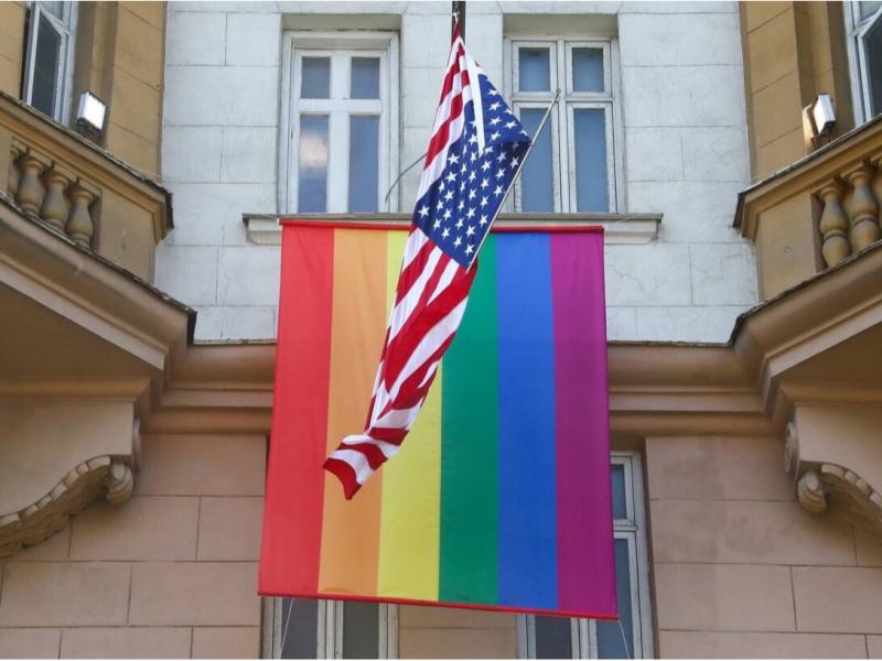 Тошкентдаги АҚШ элчихонасига ЛГБТ байроғи илиниши мумкин