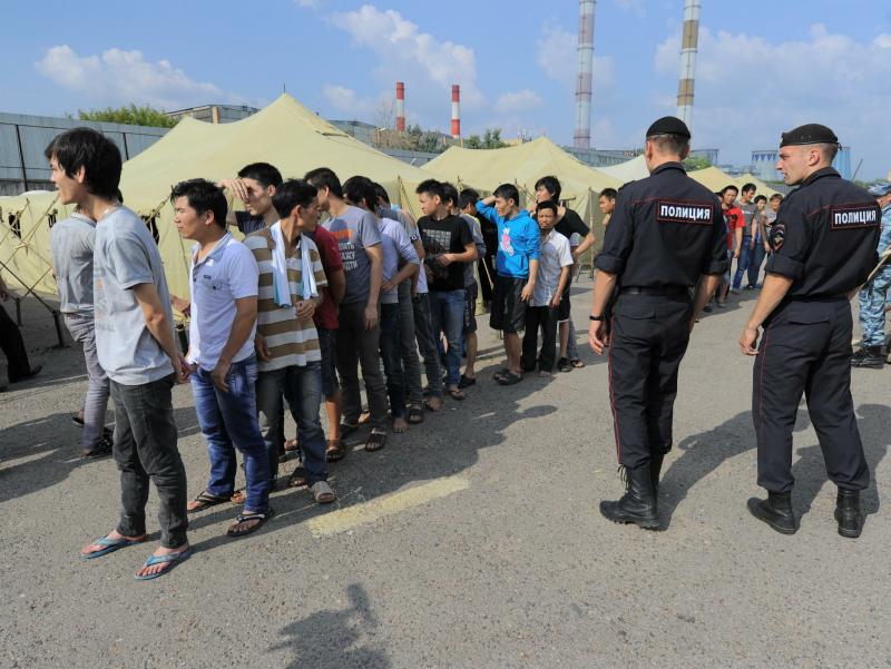 """Rossiya: mushtlashuvda ishtirok etgan migrantlar 40 yilga """"deport"""" qilinmoqda"""