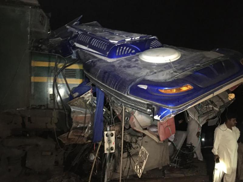 Покистонда қўрқинчли ҳодиса. Поезд зиёратчилар бўлган автобусга келиб урди