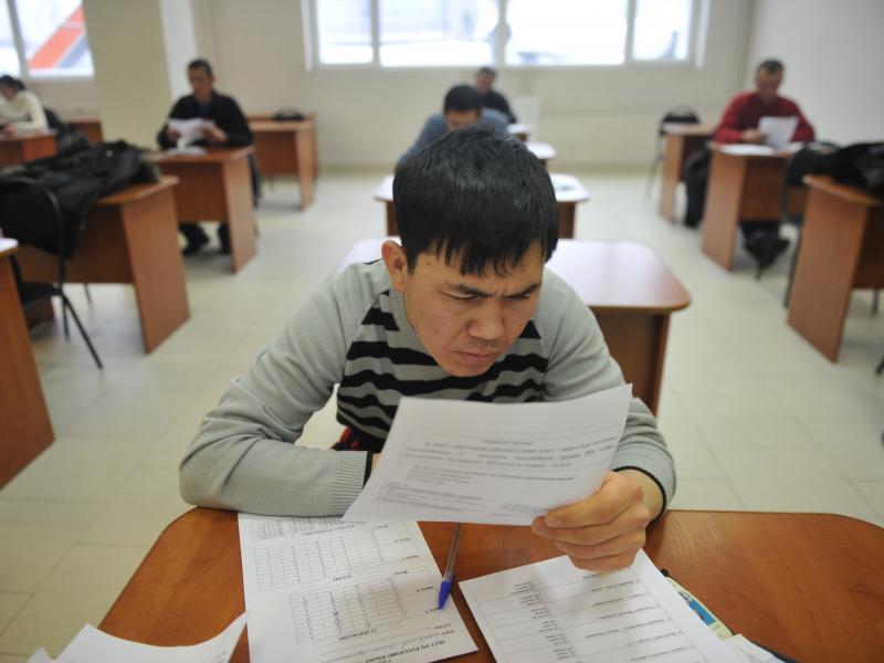 Мигрантлар диққатига: Россияда имтиҳон топшириш тартиби ўзгаради