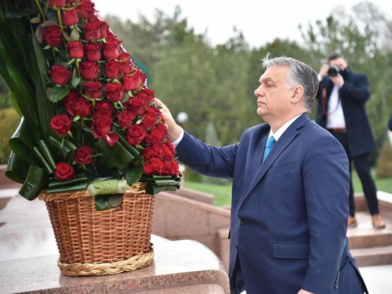 Виктор Орбан Мустақиллик ва эзгулик монументи пойига гул қўйди