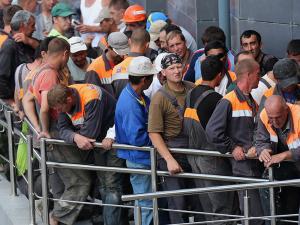 Санкт-Петербургда ўзбек мигрантлари нега иш ташлади?