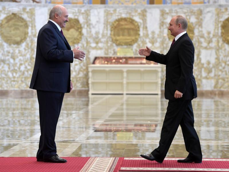 Lukashenko Putin bilan uchrashish uchun shoshilinch ravishda Peterburgga uchib keldi