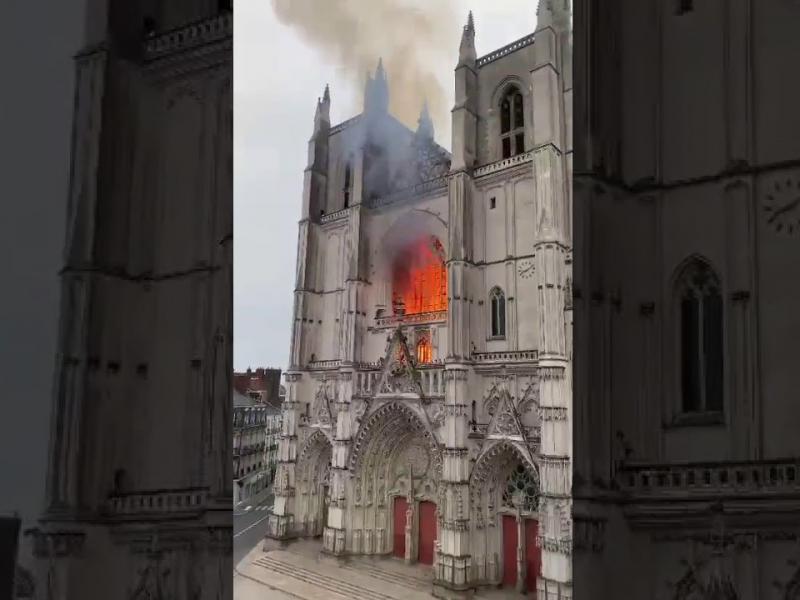 Францияда 457 йил қурилган йирик ибодатхона ёняпти (видео)