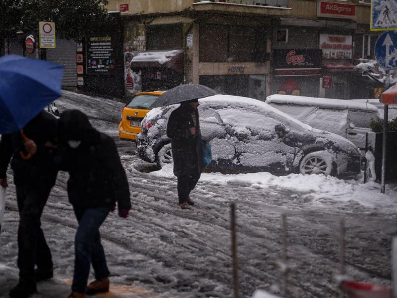 Истанбулни қалин қор қоплади (фоторепортаж)
