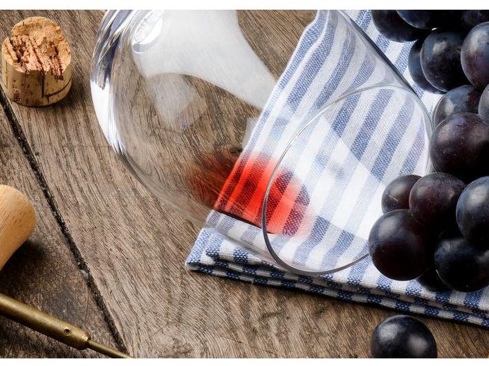 Франция фожиаси: жазирама шароб ва крувасанларни урди