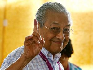 Малайзиянинг 94 яшар бош вазири истеъфога чиқди