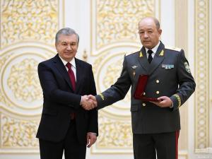 Shavkat Mirziyoyev bir guruh harbiy xizmatchilarni mukofotladi