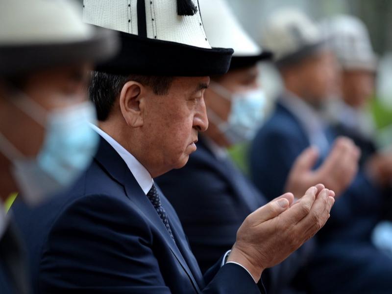 Arosatdagi Jeenbekov: Hajga ketgan eks-prezidentni Qirg'izistonda nima kutmoqda?