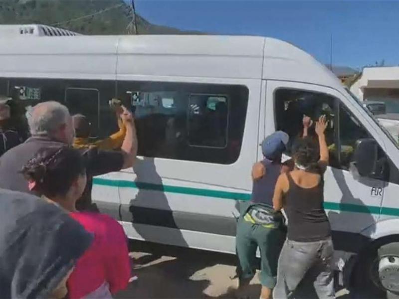 Видео: Аргентинада оломон Президент ўтирган автомобилга ҳужум қилди