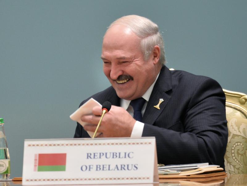 80 ёшгача ишласам самолётга эмаклаб чиқиб, зинапояларига йиқиламан – Лукашенко Байденнинг устидан кулди