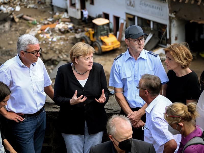 Германияда тошқин қурбонлари сони яна ортди. Меркель вайрон бўлган жойларга борди