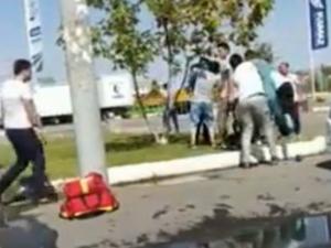 Фельдшер ва ҳайдовчи эркакни калтаклади (видео)