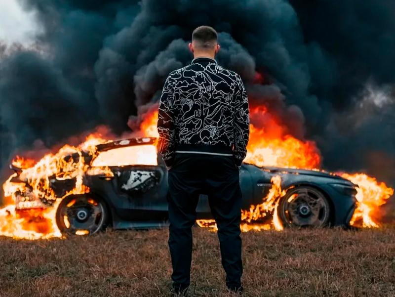Блогер Mercedes-Benz автомобилини ёқиб юборди (видео)