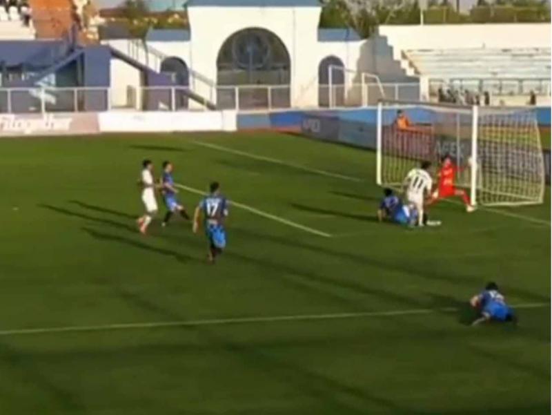 Bu – o'zbek futboli. Hakam darvozaning tashqi tomonidan urilgan golni hisobga oldi