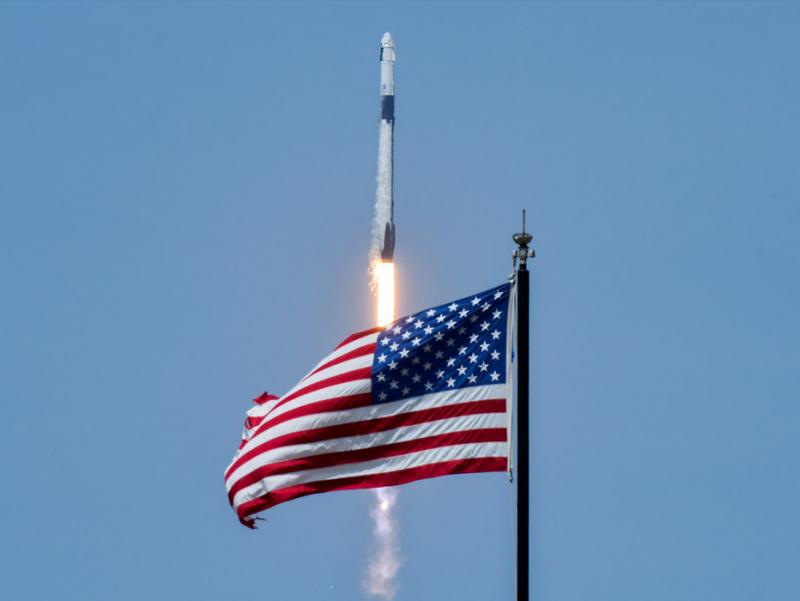SpaceX илк бор одамларни космосга учирди (фото+видео)