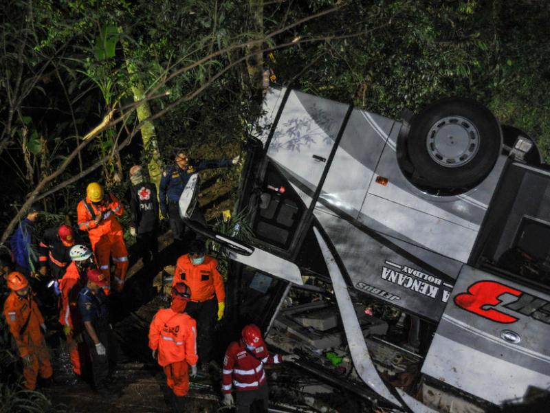 Индонезияда автобус жарликка қулади. 27 киши қурбон бўлди