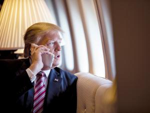 Трамп Тим Кукка iPhone`лар бўйича шикоят қилди