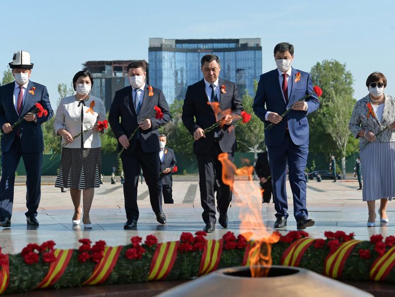 Japarov yana Jeenbekov va Otunbayeva bilan bir safda xotira marosimida qatnashdi (fotoreportaj)