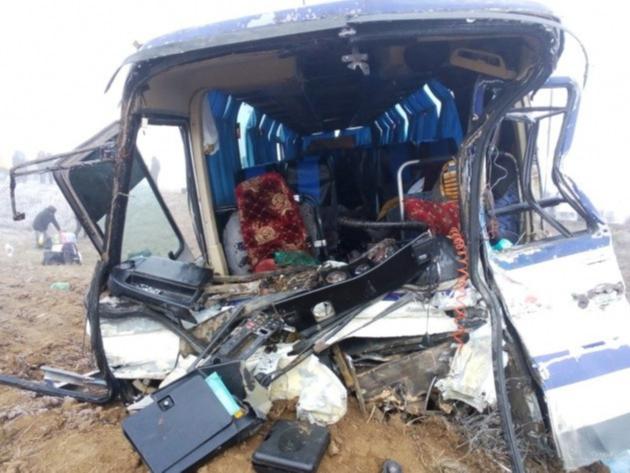 Тезкор: 56 ўзбекистонлик кетаётган автобус КамАЗ билан тўқнашди (видео)