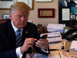 Трамп телефонидан айрилди