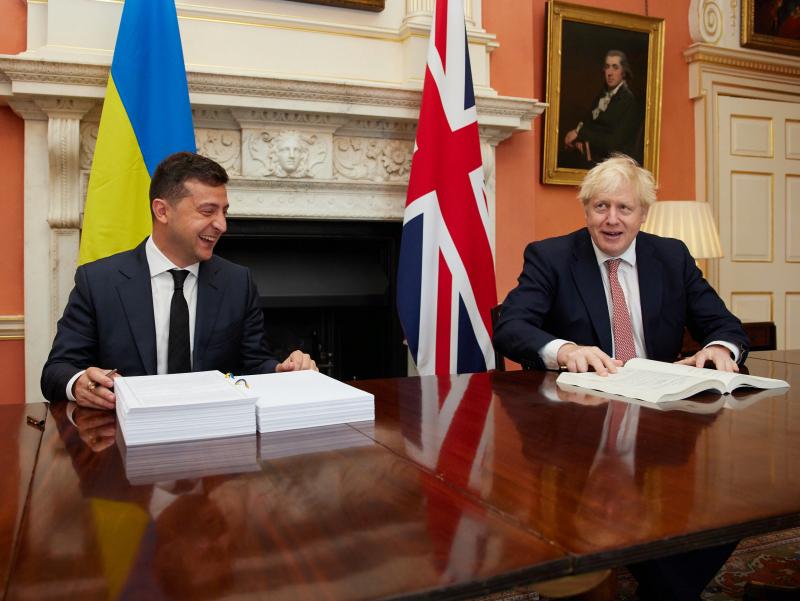 Жонсон НАТО саммитида Украина чегарасидаги вазиятни муҳокама қилишга ваъда берди